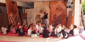 """Les élèves de CM1 de l'école Gambetta (Grasse), sous le préau de l'atelier d'Anca-Sonia. Étude et travail sur la composition d'un tableau, dans le cadre du projet """"Fresque murale"""" (mai-octobre 2015)"""
